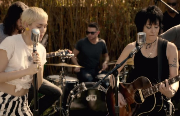 Miley Cyrus Joan Jett S Backyard Session To Benefit Homeless And Lgbt Youth Alternative Press