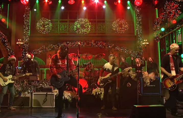 Foo Fighters Snl Christmas.Foo Fighters Perform Festive Christmas Medley On Snl