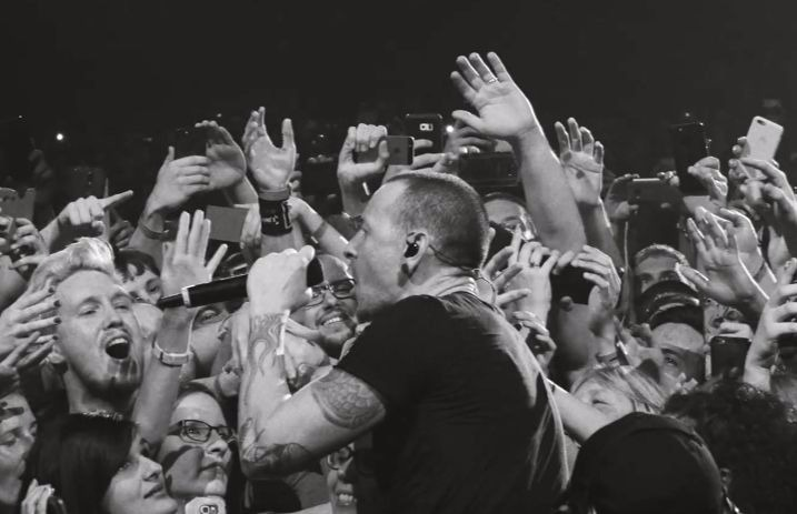 """Linkin Park share powerful live performance of """"Crawling"""