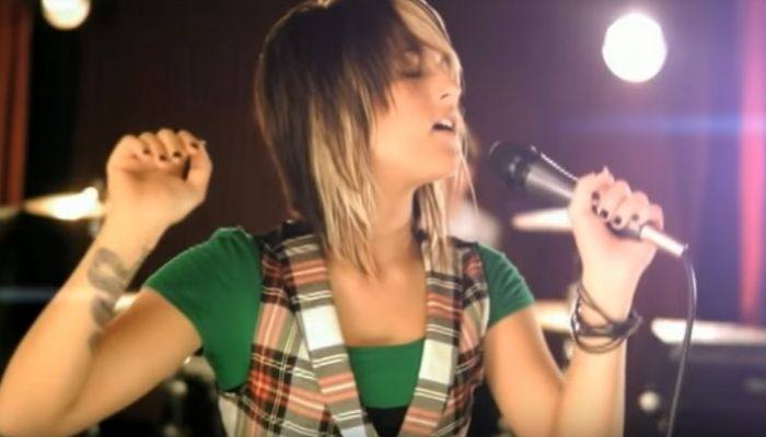 Cassadee Pope breaks out Hey Monday song on headlining tour
